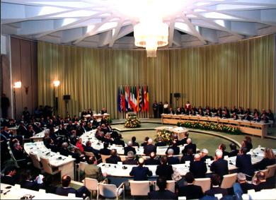 El Tratado de Maastricht o De La Union Europea El Euro Objetivos