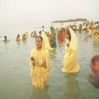 Hinduistas en el Ganges
