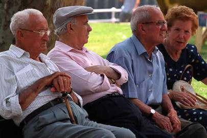 Ancianos reunidos en una plaza
