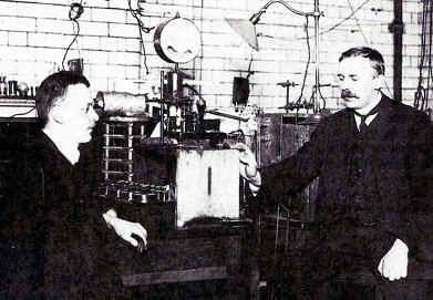 fisicos discutiendo sobre el atomo