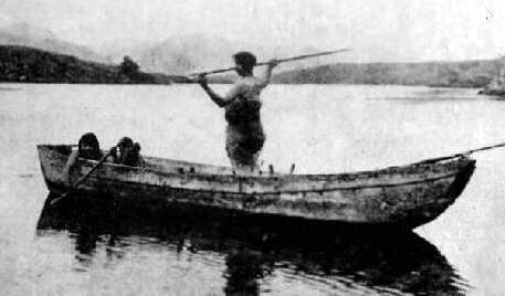 aborigen pescando en una canoa