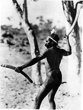 aborigen con un boomerang
