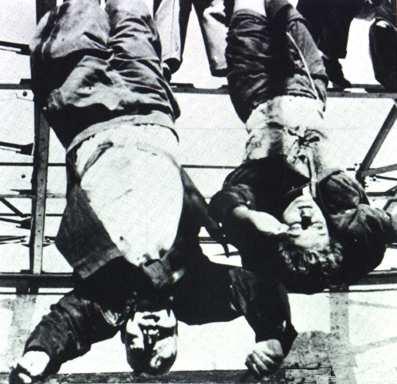 Benito Mussolini junto a su esposa, colgados boca abajo