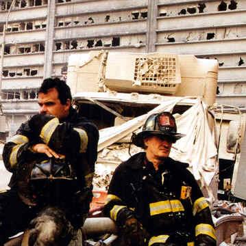 bomberos durante la caida de las torres gemelas