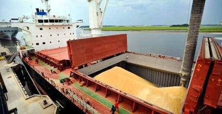 barco que transporta granos
