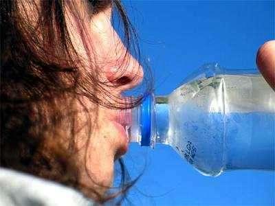 bebe agua destilada