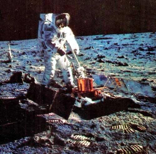 Aldrin astronauta de la NASA tomando muestras