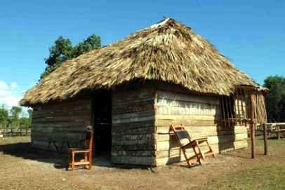 rabcho de techo de paja y paredes de tablones de madera