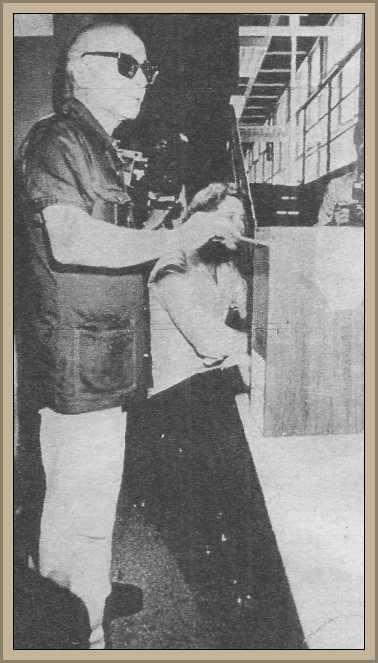 Sabato votando en una escuela año 1983