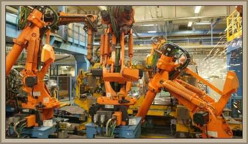 brazo de robot en una fabrica de autos