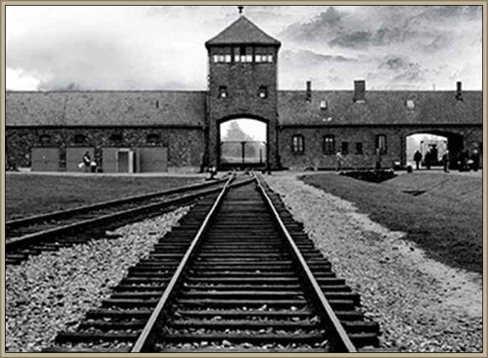 frente de la entrada a un campo de concentracion nazi