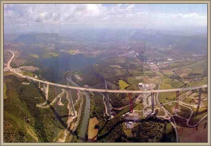 Vista viaducto millau en francia