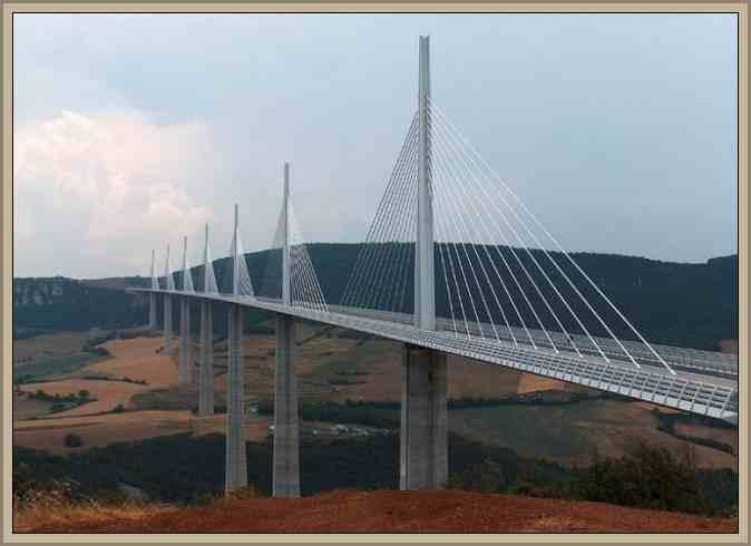 Vista torres del viaducto millau