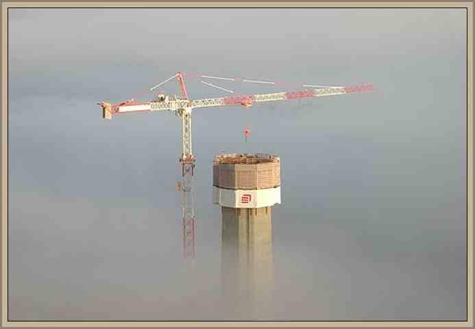 una grua armando la torre soporte del viaducto Millau