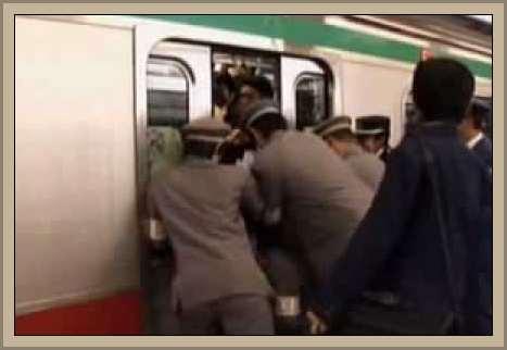 ayudando a subir al tren en Japon